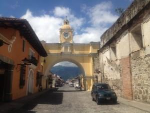 Antigua on piltidelt tuntud selle värava järgi (nunnad kasutasid seda omal ajal märkamatult tänava ületamiseks)