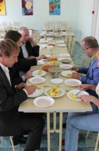 Haapsalu Viigi koolis lõunat söömas
